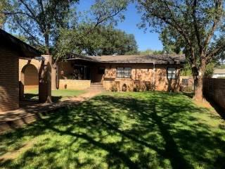 902 E Johnston Street, Rotan, TX 79546