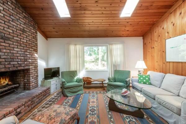 91 Old Riverhead W Rd, Hampton Bays, NY 11946