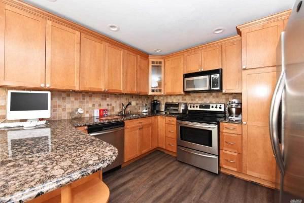 48 Chestnut Ln, Woodbury, NY 11797