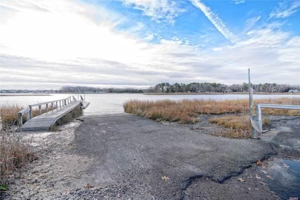 84 Point Rd, Flanders, NY 11901
